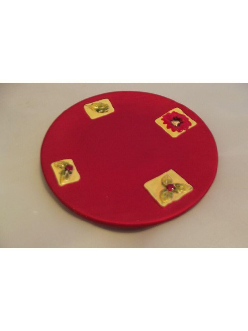 Piros mintás kerek tányér.