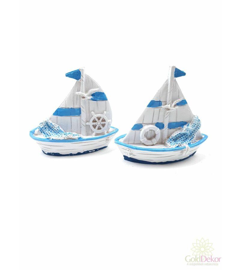 Fehér-kék vitorlás hajó